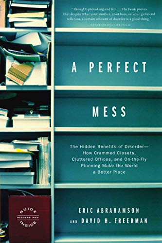 A Perfect Mess: The Hidden Benefits of Disorder--How Crammed Closets, Cluttered Offices, and On-the-Fly Planning Make the World a Better Place von Back Bay Books